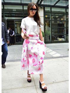 【ELLE】脱ブラック宣言!?ときめくヴィクトリアのピンクファッション|エル・オンライン