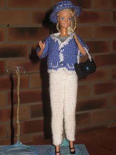 Bonjour à toutes, Aujourd'hui je vous présente un tailleur que j'ai tricoté pour notre barbie, il est composé d'un pantalon, d'une jupe, d'un caraco, d'une veste , un chapeau et un petit sac. Qu'il fasse un peu frais ou au contraire chaud, elle a le choix...