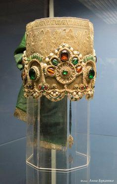 Nizhny Novgorod region kokoshnik, probably Russian Traditional Dress, Traditional Dresses, Folk Costume, Costumes, Diy Hat, Russian Folk, Ethnic Dress, Empire Style, Russian Fashion