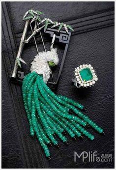 """疏影栖羽/项链、豆蔻春初/戒指 珠宝艺术品,由于其材质的稀缺性,艺术创作的复杂性,及加工工艺的特殊性,一直是艺术领域的贵族。熙-珠宝,带给艺术北京的不仅是对传统珠宝技艺完美体现的视觉盛筵,更是对中国经典艺术""""意境""""精髓的完美演绎,""""熙""""通过珠宝表达东方的思想,赋予珠宝东方的生命,只挑选稀世罕有的宝石,由精湛卓绝的皇家工艺继承者纯手工精雕细琢而成,每件作品都试图诠释独特的东方韵味儿并举世无双。"""