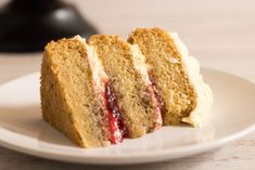 Vegan Victoria Sponge Layer Cake: layers of light vegan victoria sponge cake, filled with jam and topped with vegan vanilla buttercream. Recipe here! Vegan Victoria Sponge, Victoria Sponge Cake, Sponge Recipe, Sponge Cake Recipes, Vegan Teas, Vegan Food, Circle Cake, Layer Cake Recipes, Cake Board