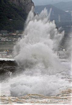 제주를 덮친 산더미 같은 파도...태풍의 위력이 어느 정도인지 느끼게 해주는 사진이네요! http://i.wik.im/82080