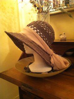 cappello in cordino lurex con foulard tesa molto larga.