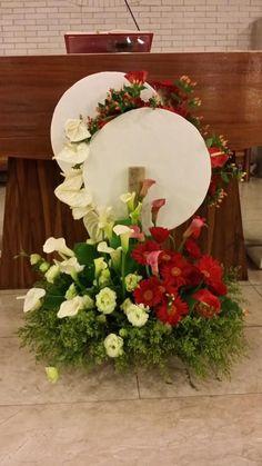 Catholic Church – World of Flowers Altar Flowers, Church Flower Arrangements, Church Flowers, Funeral Flowers, Flower Centerpieces, Floral Arrangements, Communion Decorations, Altar Decorations, Flower Decorations