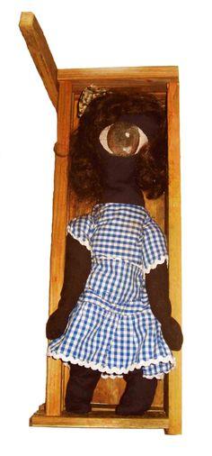 Muñeca en ataúd.