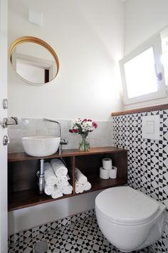 A black and white guest bathroom. Designed by Liat Hadas, Architecture & Design.