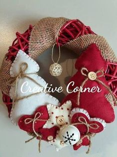 Classic Christmas Yarn Wreath Red Felt Roses by saffronfields Christmas Yarn Wreaths, Felt Christmas Decorations, Christmas Signs Wood, Felt Christmas Ornaments, Handmade Christmas, Christmas Crafts, Christmas Christmas, Christmas Projects, Felt Crafts