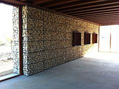 Parte interna de fachada de muro de gabião de pedras