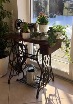 Great Free of Charge sewing table mesa costura Suggestions Maszyna do szycia deco Repurposed Furniture, Painted Furniture, Diy Furniture, Sewing Machine Tables, Antique Sewing Machines, Singer Sewing Tables, Chairs For Sale, Chair Sale, Indoor Plants