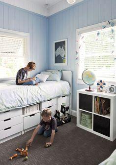 Pokój dziecięcy z niebieską boazerią