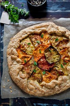Heirloom Tomato Galette (A Tomato Pie) Gluten Free Recipes, Vegetarian Recipes, Healthy Recipes, Great Recipes, Dinner Recipes, Favorite Recipes, Heirloom Tomato Tart, Tomato Pie, Heirloom Tomatoes