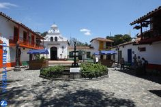 El Pueblito Paisa está ubicado en la cima del Cerro Nutibara, y representa un típico pueblo antioqueño, en los que no falta: La plaza en piedra, la fuente, la iglesia, la casa cural, la alcaldía, la barbería y la escuela. En este lugar puedes aprovechar y ver una hermosa vista de la ciudad de Medellín y además cuenta con varios restaurantes típicos que ofrecen los tradicionales platos antioqueños