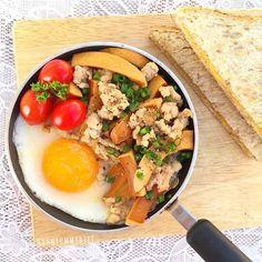 . . ไข่กระทะ ปังชีส  ผัดสันในหมูสับ ไส้กรอกทูน่า กับซีอิ๊วขาว และพริกไทยป่นพักไว้ หันไปตั้งกระทะ ตอกไข่เต็มใบ 1 ขาว 1 ใส่หมูที่ผัดลงไป ปิดไฟโรยต้นหอม มีขนมปังโฮลวีตปิ้งใส่ชีส นอกเฟรมมีน้ำมะเขือเทศปั่นด้วยค่ะ