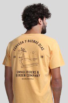 T-shirt 100% algodão, estonada com um aspecto vintage. Camiseta pré-lavada e já pré-encolhida em processo artesanal de lavanderia, levemente perfumada. A modelagem éregular e sutilmente al Design Kaos, Tee Design, T Shirt Surf, Gentleman's Wardrobe, Skate T Shirts, Fashion Catalogue, Simple Shirts, Motorcycle Outfit, Apparel Design