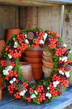 Corona con Bacche Wreaths And Garlands, Door Wreaths, Autumn Wreaths, Holiday Wreaths, New Years Decorations, Christmas Decorations, Thanksgiving Flowers, Wine Cork Wreath, Corona Floral