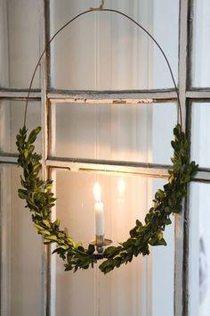 グリーンを半分までくくりつけ、キャンドルスタンドを付けた個性的なリース。ロマンチックなクリスマスにぴったり。