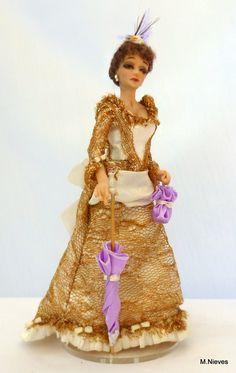 Dama con traje en dorado