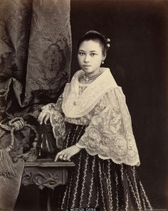 century maiden in piña Modern Filipiniana Dress, Filipiniana Wedding, Vintage Pictures, Old Pictures, Philippines Outfit, Philippines People, Manila, Filipino Fashion, Philippine Art