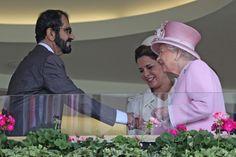 El jeque Mohammed bin Rashid bin Saeed Al Maktoum con su esposa, Haya bint Al Hussein, y la reina Isabel II de Inglaterra, Ascot, 15/06/2016. Vía:  @thenationaluae