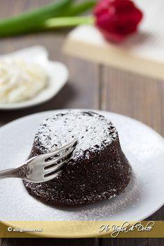 Tortino al cioccolato dal cuore morbido, caldo e cremoso. Una ricetta facile e velocissima per questi dolcetti golosi e monoporzione che piacciono a tutti.
