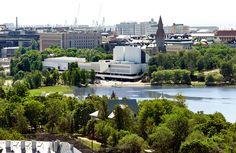 Hakasalmen puisto liittyy lähes saumattomasti Hesperian puistoon, raja kulkee Finlandiatalon itäpuolella [Katri Pyynönen]