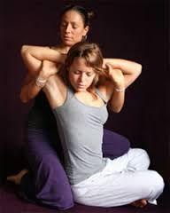 Resultado de imagen para Thai massage Thai Yoga Massage, Face Massage, Spa Massage, Massage Therapy, Reiki, Reflexology Massage, Partner Yoga, Massage Techniques, Acupressure