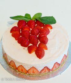 Strawberry marengue mousse cake with recipe. www.tekila.fi