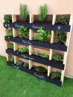 The World's Best 111 Palette Garden Ideas to Collect … … - Diy Garden Projects Palette Garden, Palette Planter, Palette Diy, Vertical Pallet Garden, Vertical Planter, Vertical Gardens, Herb Garden Pallet, Pallet Garden Walls, Hanging Herb Gardens