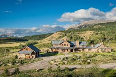 This rustic-modern mountain ranch is a working bison ranch, designed by Pearson Design Group along with builders On Site Management, located in Western Montana. Montana Ranch, Montana Homes, Montana Weather, Montana Landscape, Rustic Landscaping, Rustic Houses Exterior, Rustic Home Design, Rustic Homes, Industrial Design
