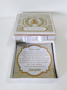 Caixa com convite impresso em papel glossy com alta resolução.  Pode ser personalizados em outras cores e temas.  Tamanho: 11 x 11 cm e 2,5 cm de altura.