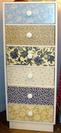 """""""Móveis renovados com tecido e papel de parede."""" Visite: http://casascoisaseoutros.blogspot.com/"""