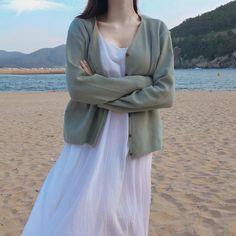 이미지: 사람 1명 이상, 실외 Korean Girl Fashion, Korean Fashion Trends, Ulzzang Fashion, Korea Fashion, Muslim Fashion, Modest Outfits, Cute Casual Outfits, Girl Outfits, Fashion Outfits