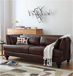 Mantinha clara, tapete claro e parede clara constrastando seu sofa escuro #aliceincarnaval #darkleathersofa #decor #ideas