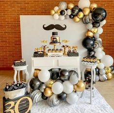 See how to organize your party 18 years with amazing themes to impress guests! 70 are inspirations to do on your day! Adult Birthday Party, 40th Birthday Parties, Birthday Balloons, Surprise 30th Birthday, Balloon Arch, Balloon Garland, Black And Gold Balloons, Marble Balloons, Birthday Party Decorations For Adults