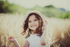 sesión de fotos infantil de picnic en campo de trigo, Fotógrafo de niños en Barcelona, photography, 274km, Gala Martinez, Hospitalet , exterior, camp, campo, field, spring, primavera, nens, kids, children, girl, nena, niña
