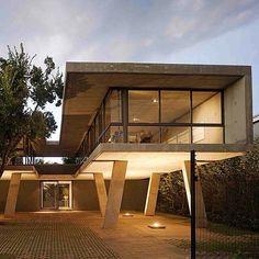 Os pilotis utilizados no projeto da foto são marcantes. A proposta é algo típico da arquitetura modernista e chama atenção. O projeto, assinado pelo escritório W Design Architecture, fica localizado na África do Sul.#arquitetura #design #decoração #concreto