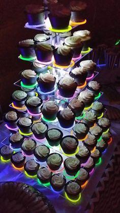 Use Glow Stick bracelets to create a glowing cupcake display. Halloween Cupcakes, Menu Halloween, Dessert Halloween, Halloween Sweet 16, Halloween Birthday, Glow In Dark Party, Glow Stick Party, Glow Sticks, Glow Party Food