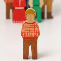 男の子(赤チェック服茶ズボン)