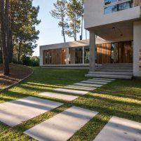 Entre la laguna y el pinar - Casas - EspacioyConfort - Arquitectura y decoración Sidewalk, Villa, Deck, Architecture, Outdoor Decor, Home Decor, Architects, Doors, Houses