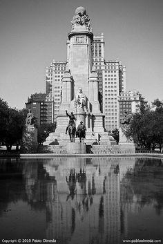 Plaza de España, Madrid. (El escritor por antonomasia de la literatura española, Miguel de Cervantes, es el protagonista en la Plaza de España de Madrid. Sus dos personajes más populares, Don Quijote y Sancho Panza presiden la plaza junto a su figura.)