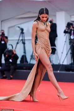 Estilo Zendaya, Embellished Jumpsuit, Gold Gown, British Fashion Awards, Nude Dress, Glamorous Makeup, Zendaya Coleman, Red Gowns, Gala Dresses