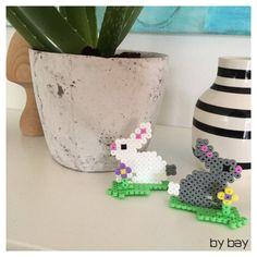 Kaniner som påskepynt – bybay.dk Hama Beads Design, Perler Beads, Planter Pots, Holiday, Beds, Museum, Spring, Hama Beads Patterns, Hama Beads
