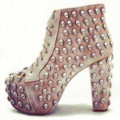 boots of high heel with skulls Botas con tacón alto, calaveras, tachuelas