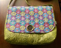 Bolsa confeccionada com tecido nacional , quilt livre e quilt reto. Possui bolso interno. Alça transversal. Pode ser usada como porta notebook. <br>Peça única.