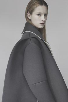 Materials-neoprene Sculptural Fashion - grey coat with oversized silhouette, contemporary fashion design // Matilda Norberg Structured Fashion, Minimal Fashion, High Fashion, Fashion Show, Womens Fashion, Fashion Trends, Grey Fashion, Fashion Ideas, Sculptural Fashion