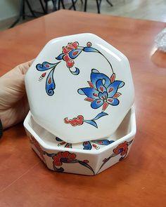 Aucune description de photo disponible. Ceramic Design, Tile Art, Pottery, Projects, Instagram, Decor, Blue Pottery, Porcelain, Boxes