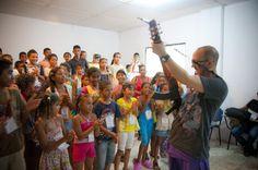 César López con los niños músicos de Suan