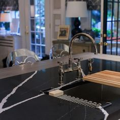 The beautiful Kips Bays Decorator Showhouse featured the new Silestone Marquina on the island and Calacatta Gold on the perimeter countertops. Calacatta Gold, Quartz Stone, Kitchen Countertops, Cladding, Surface Design, Modern, New Homes, Flooring, Island