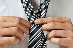 Para que puedas consentir al papá de la casa, aprende en este paso a paso cómo hacer un nudo de corbata, de esta manera podrás dejarle a papá su corbata hecha en las mañanas para que se sienta muy apapachado este mes de día del padre.