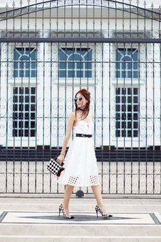 I'm in love with this white midi skirt and decided to wear an all white look with a special touch of pied de poule at the accessories. <3